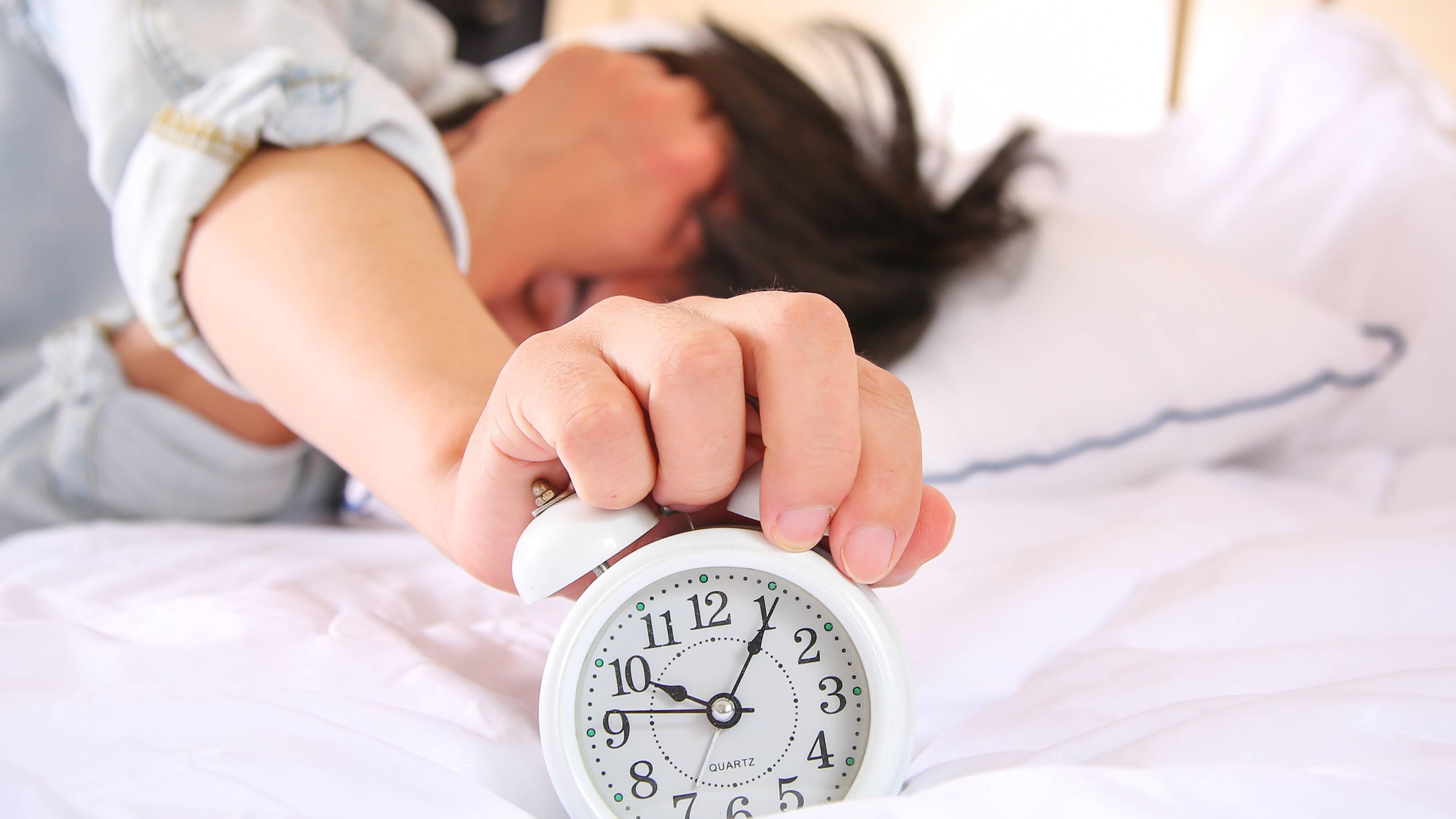Schlaf verbessern - auch zu viel Schlaf macht müde.