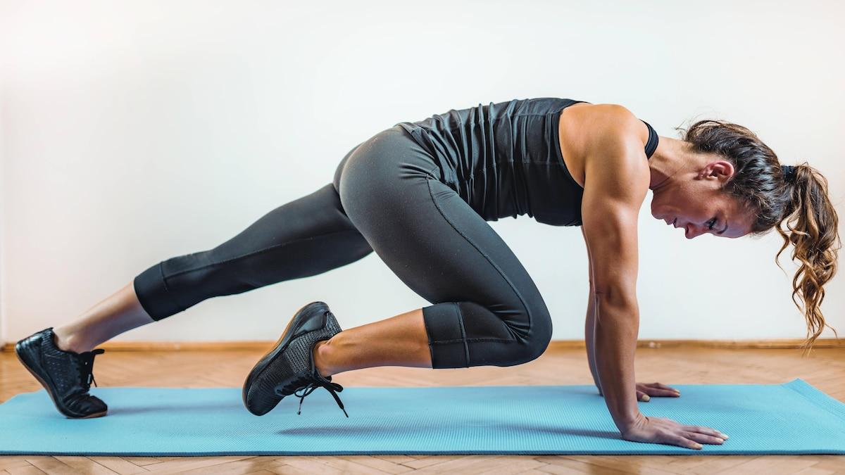 Mit Mountain Climbers beanspruchen Sie neben Ihrer Beinmuskulatur auch Ihre Arme und Ihre Bauchmuskeln.