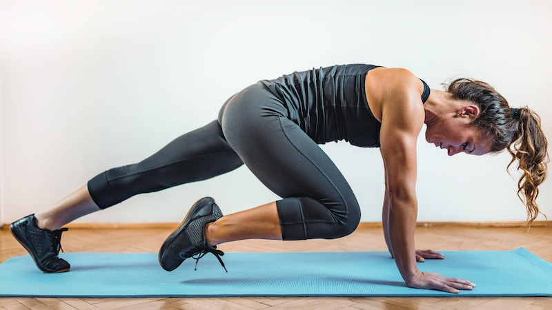 Bergsteiger trainieren nicht nur Ihre Arme, sondern kräftigen auch Ihre vordere Oberschenkelmuskulatur.