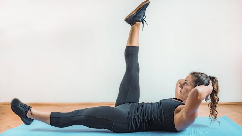 Mit einer Kombination aus Beinscheren und Crunches trainieren Sie Ihre Bauchmuskeln besonders intensiv.