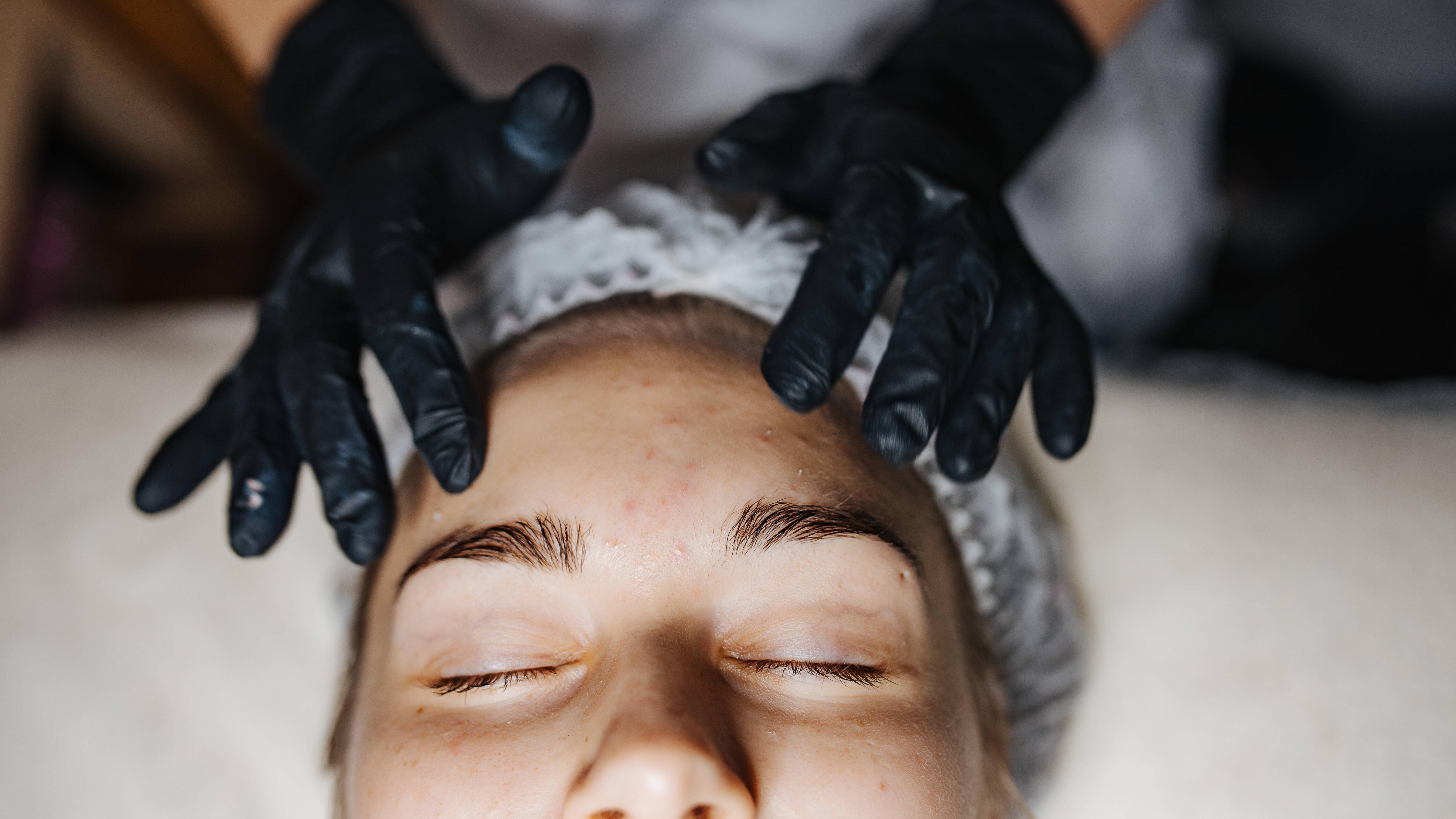 Gesichtsreinigung bei fettiger Haut: 5 Tipps für die richtige Gesichtspflege
