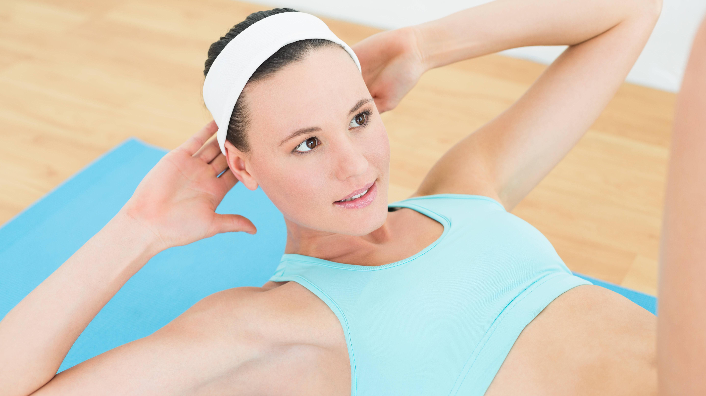 Horizontale Beinscheren kräftigen die Innenseiten Ihrer Oberschenkel und Ihre untere Bauchmuskulatur.