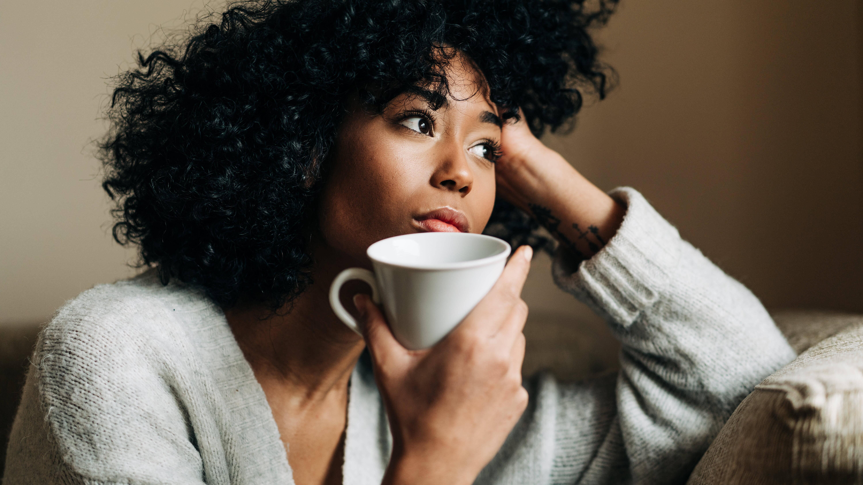 Sehnsucht als Folge von Liebeskummer kann eine Reihe von körperlichen Symptomen auslösen.