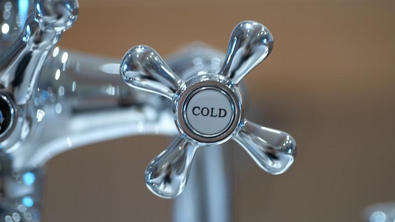 Steigen Sie langsam auf das kalten Duschen am Morgen um.