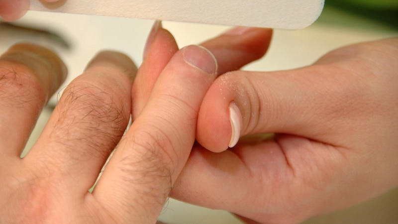 Männer sollten ebenso wie Frauen auf eine regelmäßige Nagelpflege achten. Die Grundschritte können Sie dabei durch zusätzliche Pflegeschritte ergänzen.