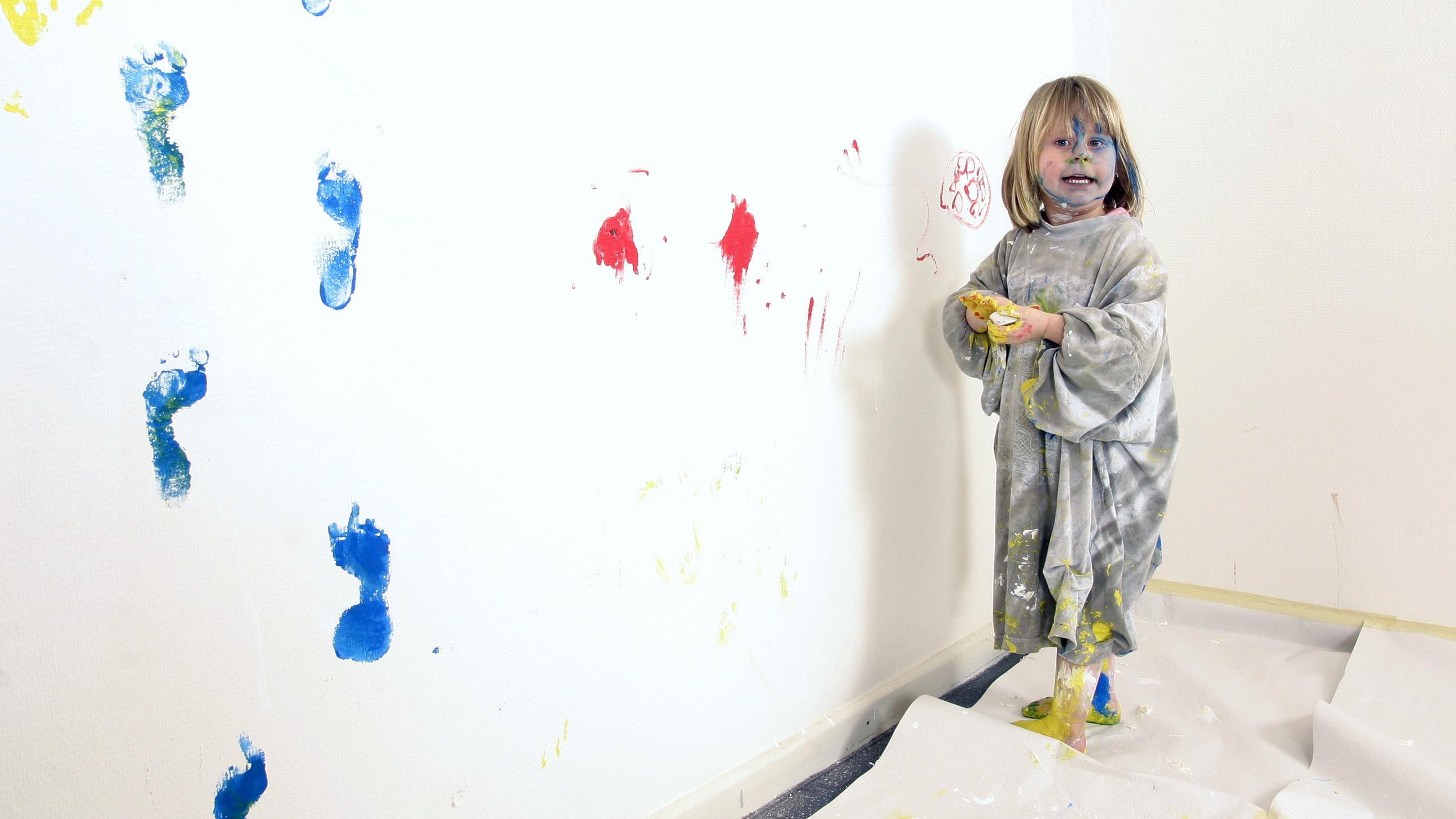 Schmutzradierer: Flecken und Farbe von der Wand entfernen