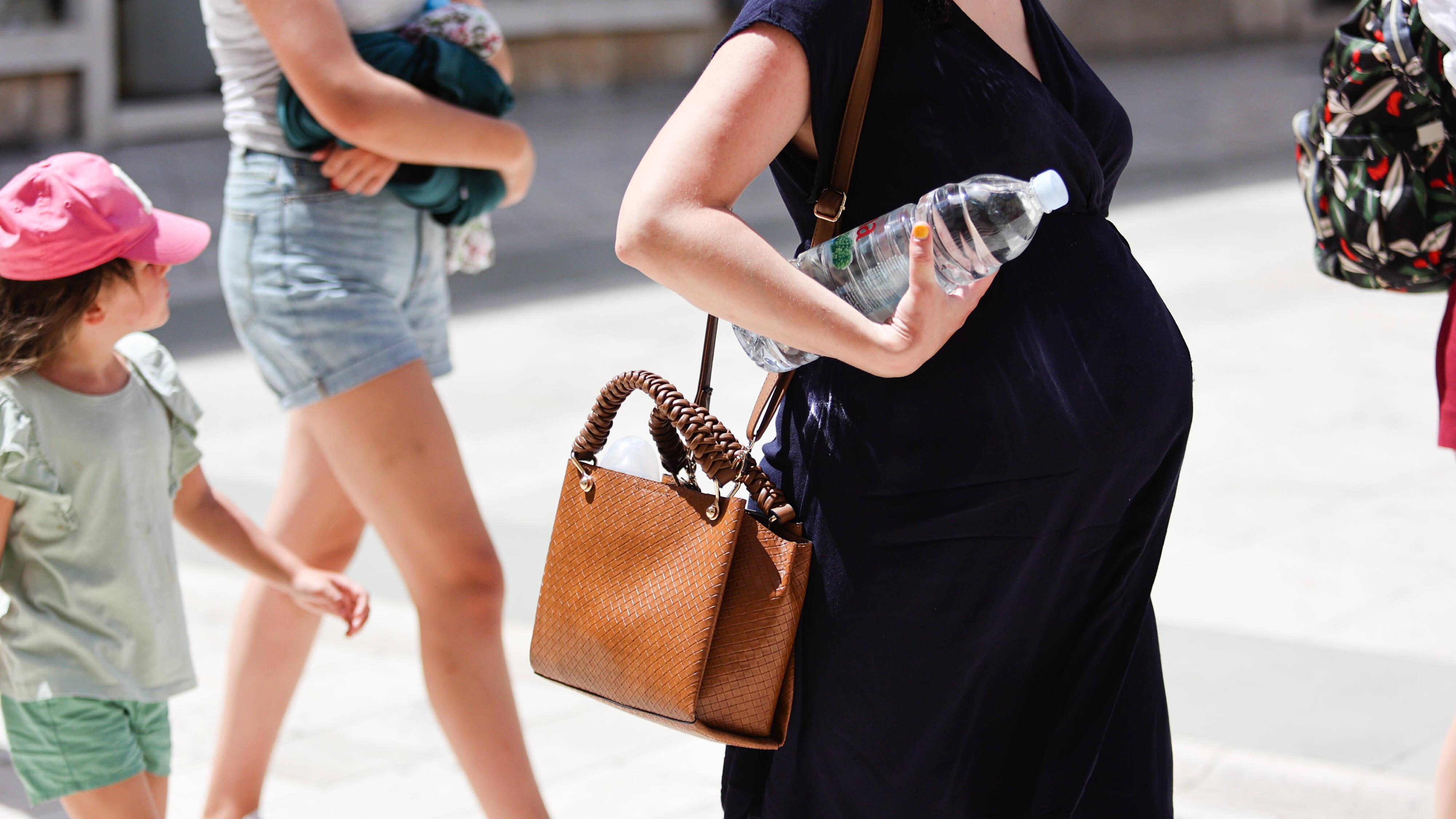 Sind Sie im Sommer schwanger, sollten Sie viel trinken und ausreichend Pausen einlegen.