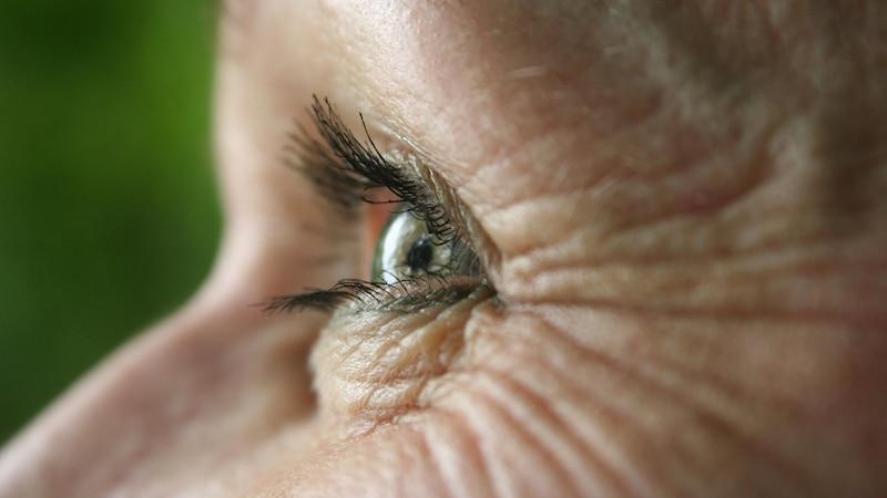 Auch wenn Sie den Prozess der Hautalterung verlangsamen möchten, sollten Sie immer bedenken, dass Falten im Gesicht ein reizvolles und schönes Zeichen von Reife und Lebenserfahrung sind.