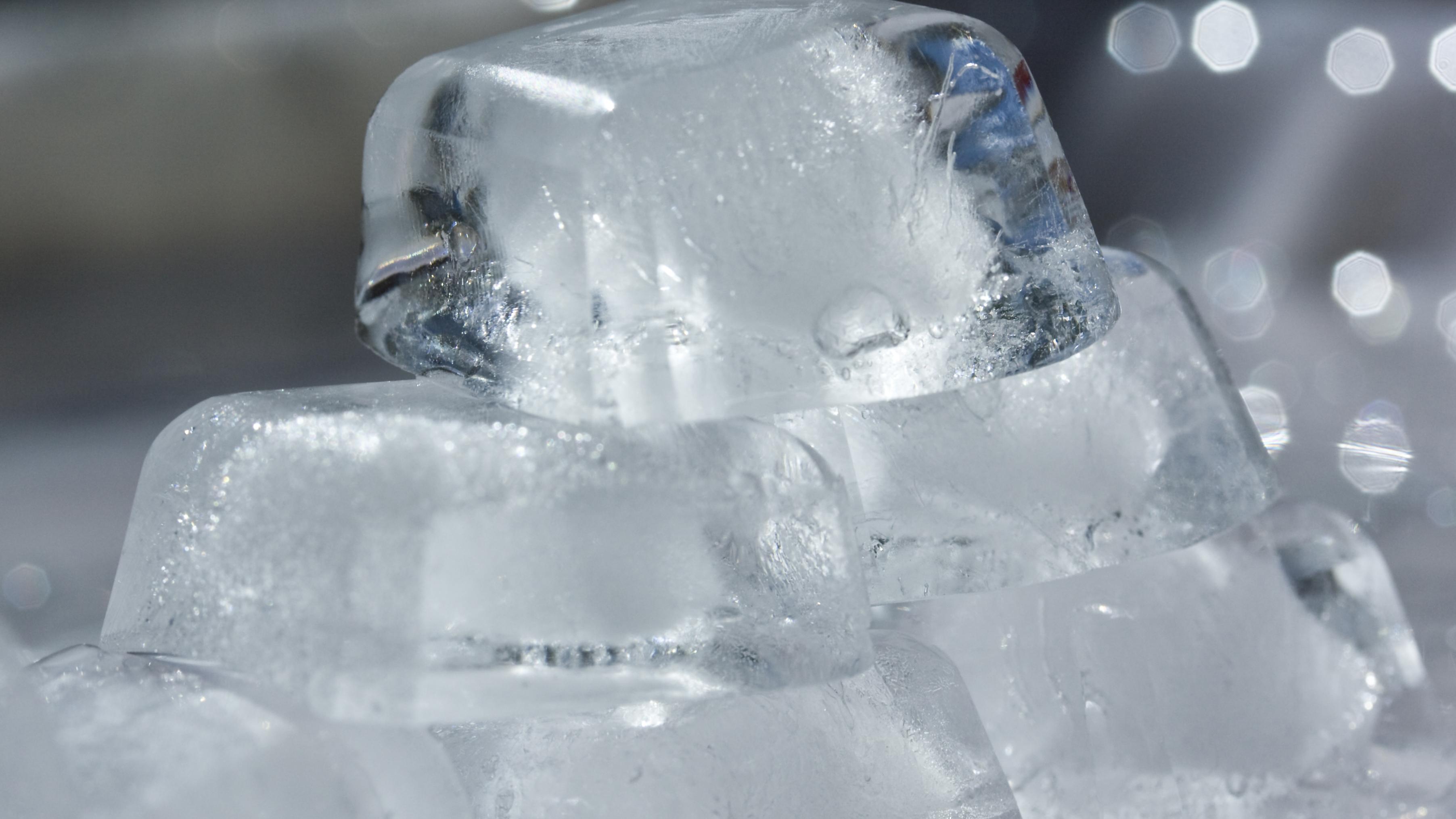 Eiswürfel im Raum sind ein einfaches und effizientes Hausmittel