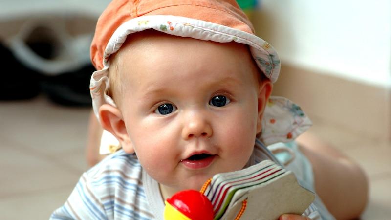 Baby knurrt und brummt vor sich hin: Das steckt dahinter