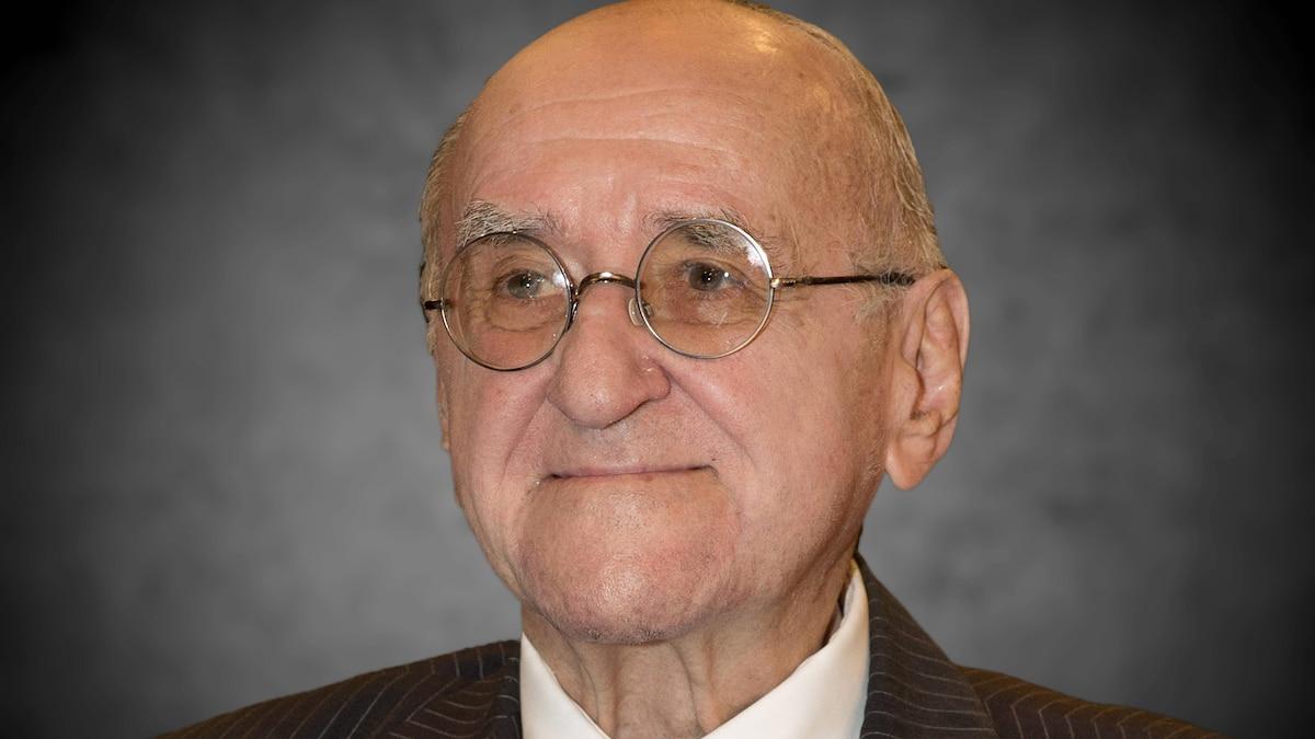 Alfred Biolek ist laut seinem Adoptivsohn friedlich in seiner Wohnung in Köln eingeschlafen. Er wurde 87 Jahre alt.