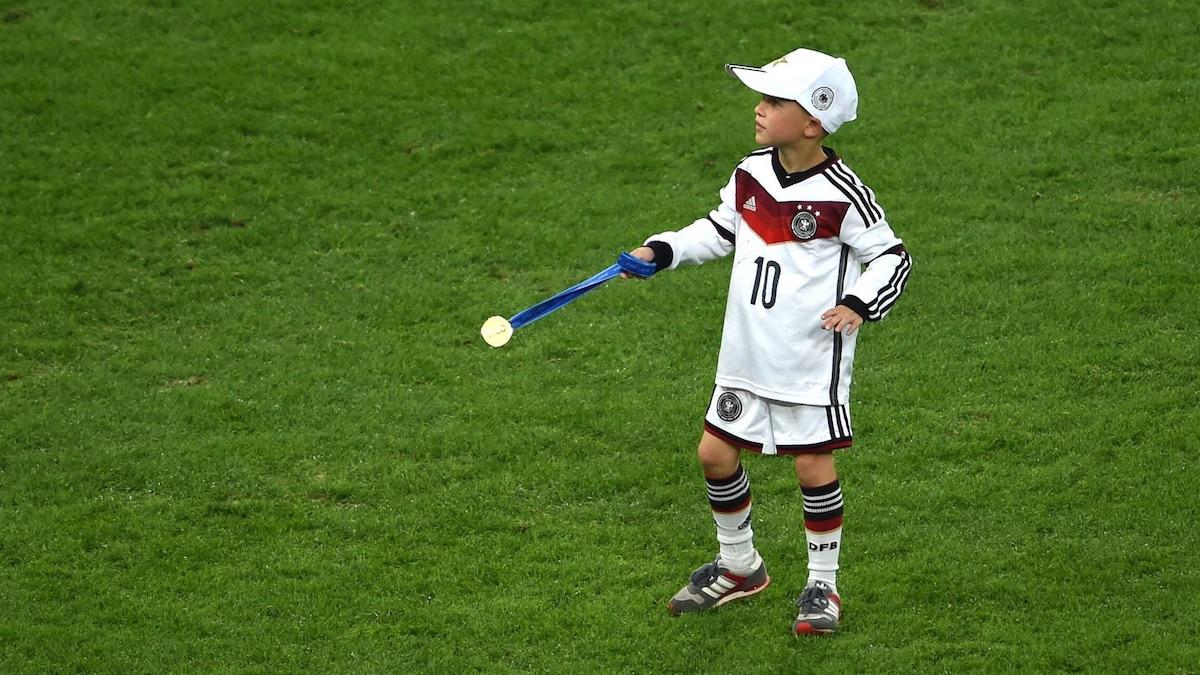 Kommender Weltmeister? Louis hat sich 2014 schon mal die WM-Siegermedaille seines Vaters in Rio geschnappt