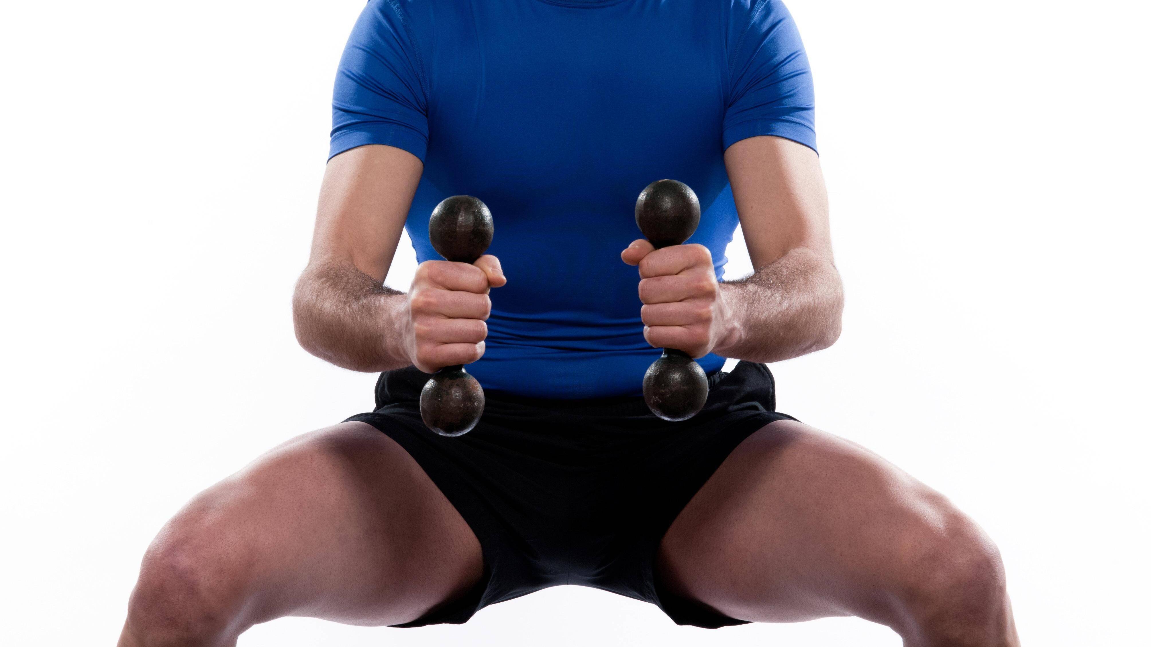 Indem Sie Hanteln verwenden, können Sie den Effekt der Squat-Rotationen noch verstärken.