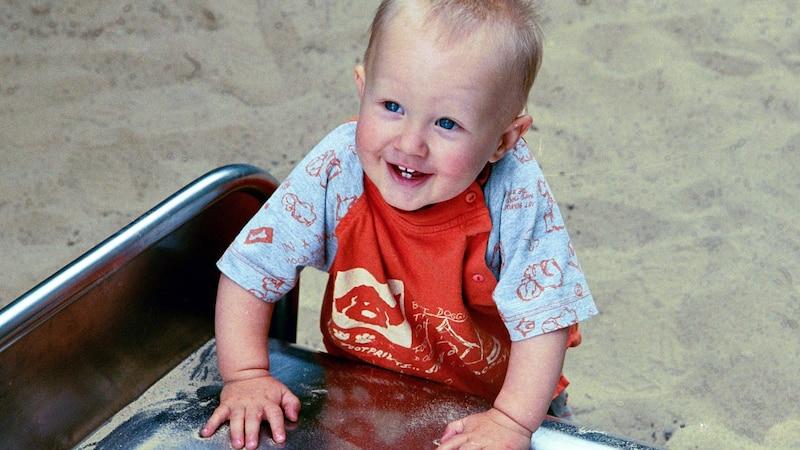 Bevor Ihr Baby laufen lernen kann, wird es sich zunächst an Gegenständen aufzurichten versuchen.