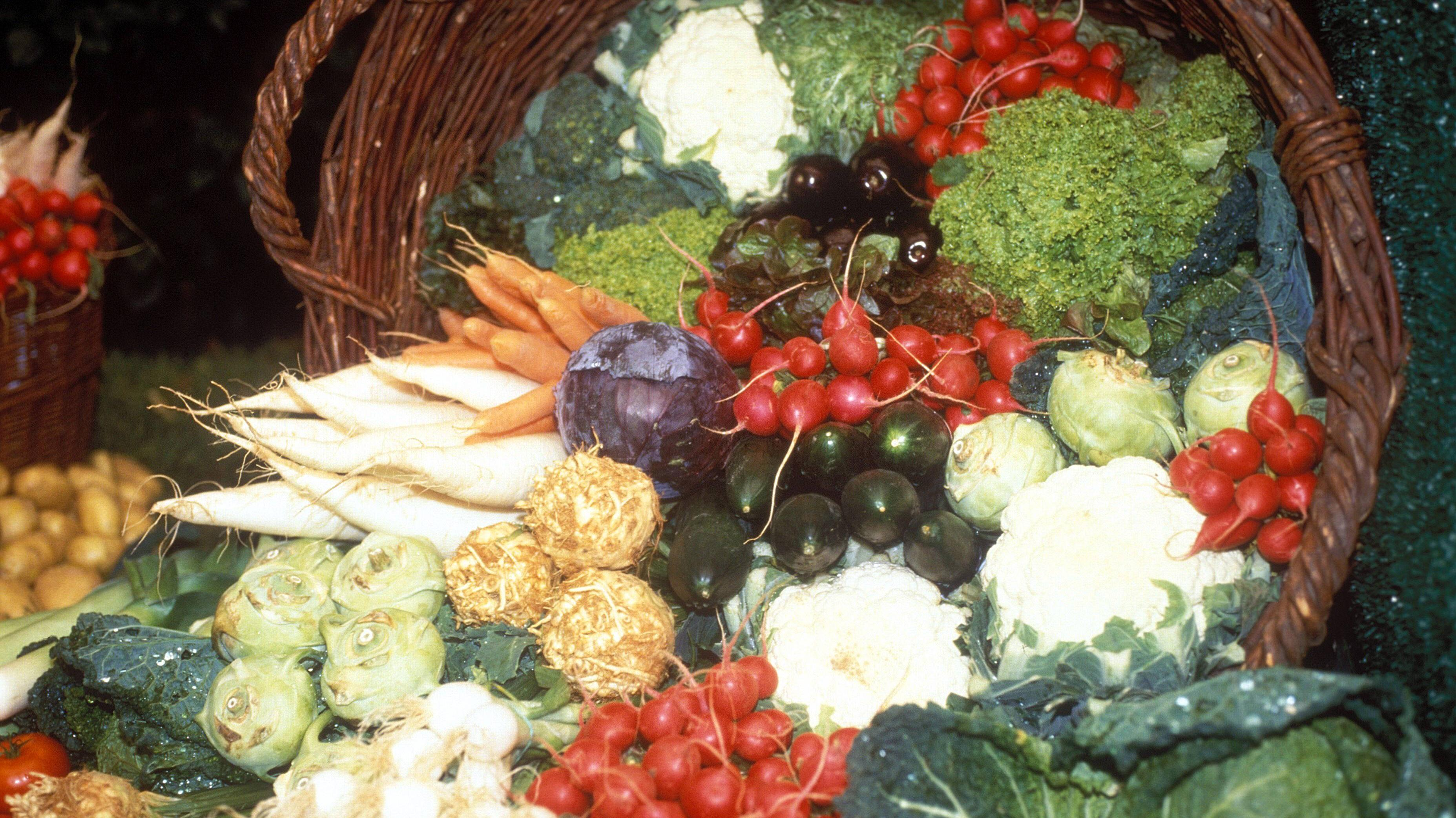 Als Alternative zu einem Quarkwickel eignen sich viele andere Hausmittel aus dem Gemüsebereich.