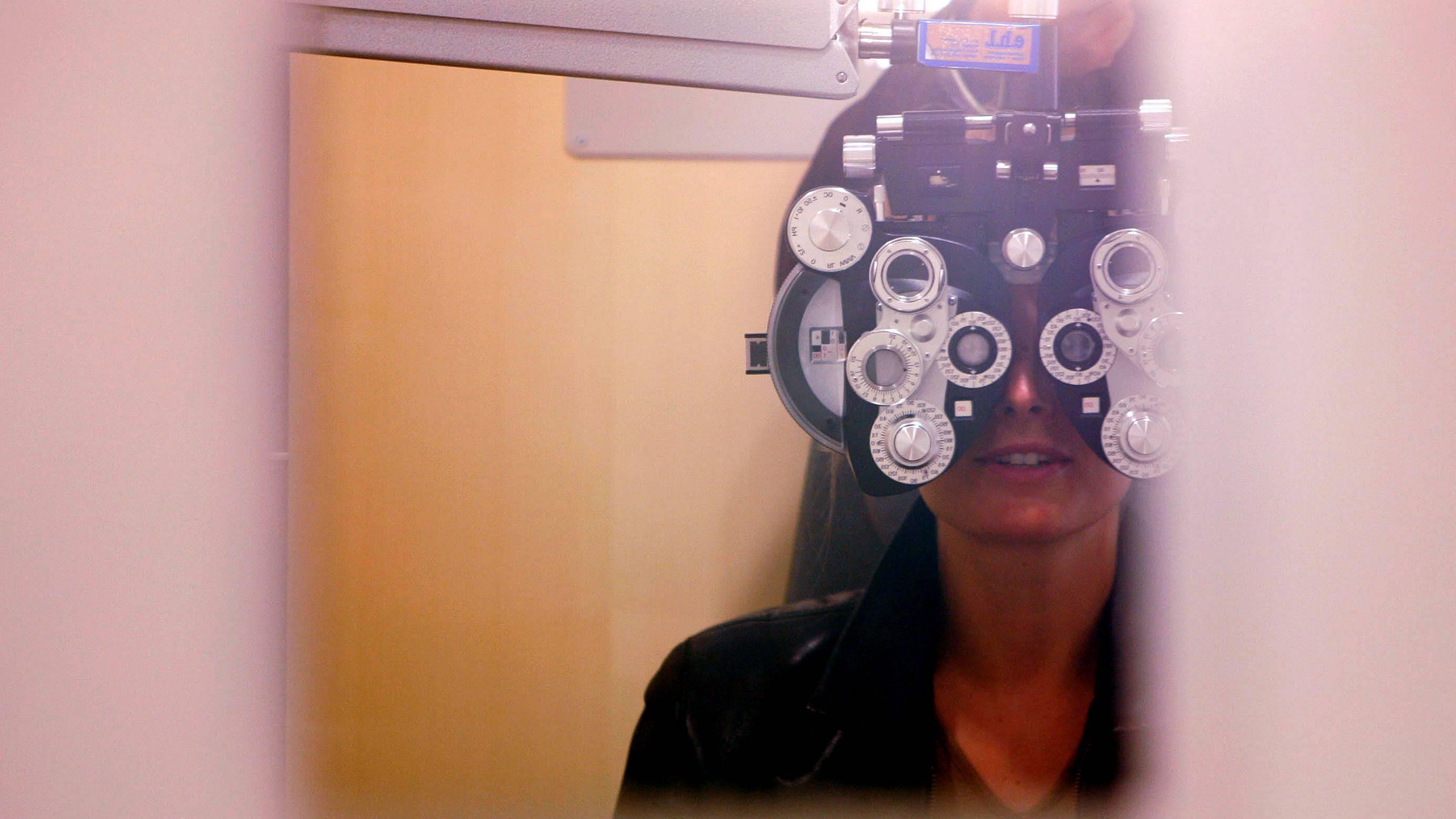 Sehen Sie besser, wenn Sie Ihre Augen zusammenkneifen, sollten Sie Ihre Sehstärke überprüfen lassen.