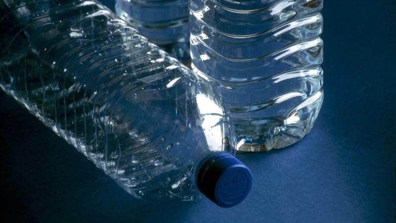 Pflanzen bewässern mit einer Plastikflasche - so geht's