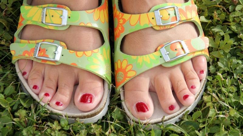 Trotz erfolgreicher Therapie gegen Fußpilz, sollten Sie auf das Barfußlaufen erstmal verzichten.