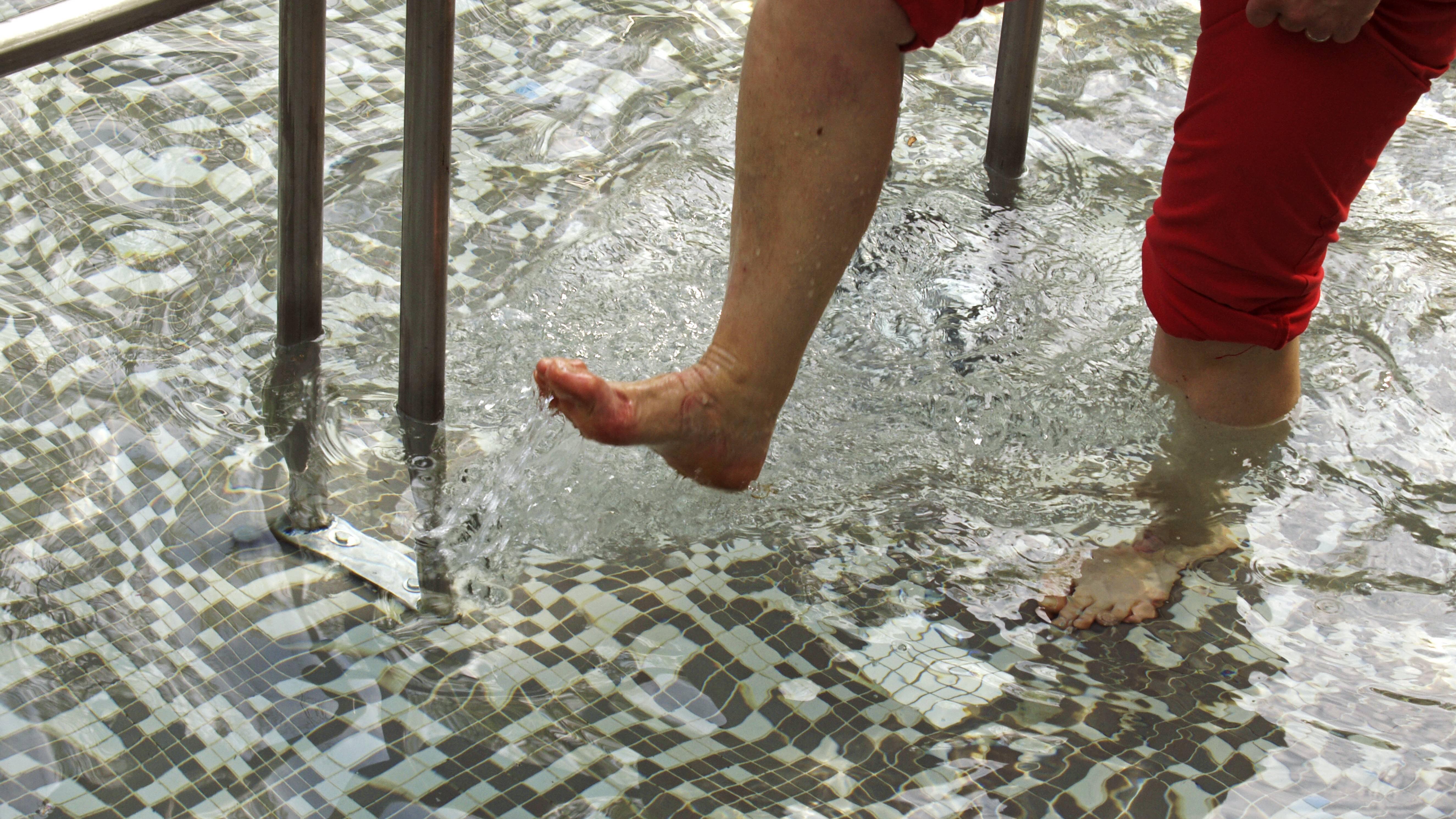 Geschwollene Füße im Sommer: Wassertreten hilft.