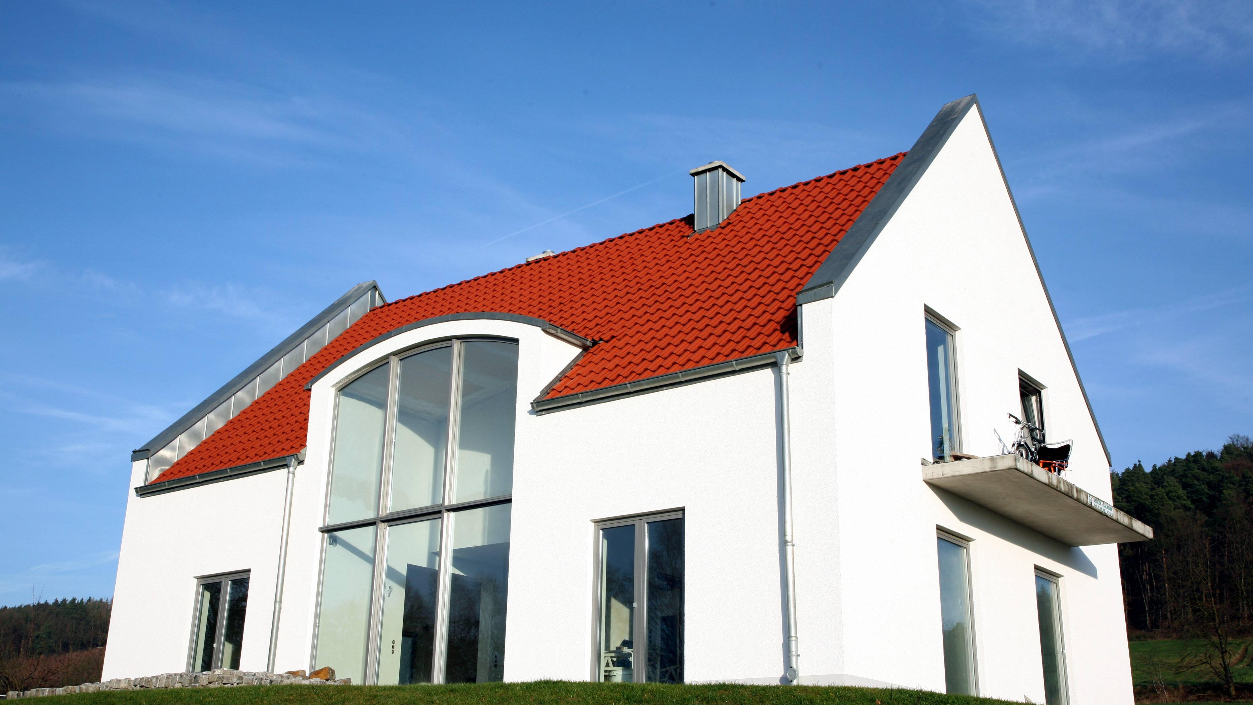 Fassade reinigen: Mit Hausmitteln und Profi-Werkzeug