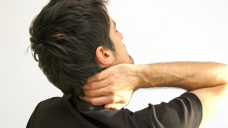 Ein verspannter Nacken wirkt sich auf den gesamten Rücken aus.