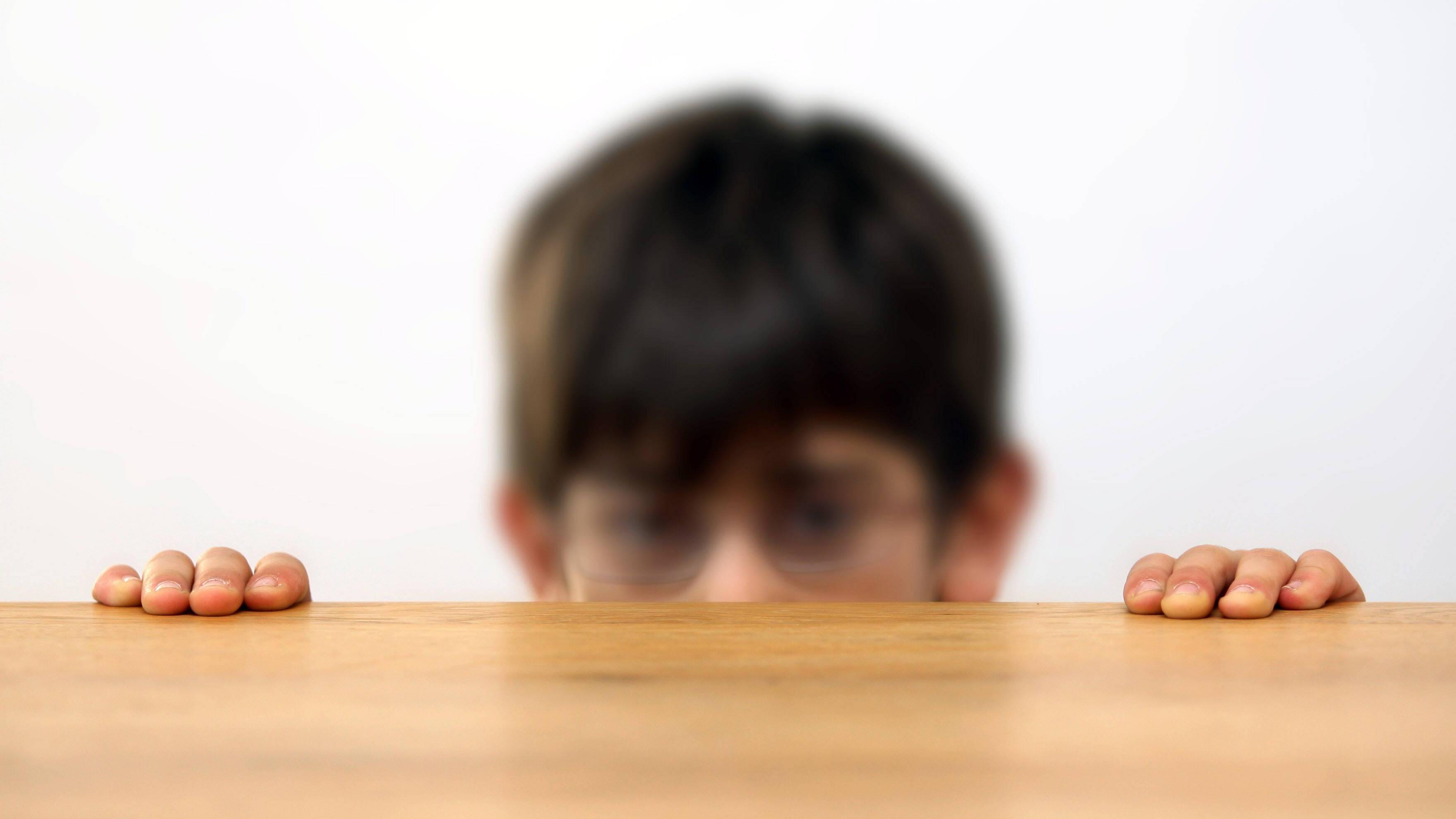 Kind zwinkert ständig mit den Augen: Daran kann es liegen