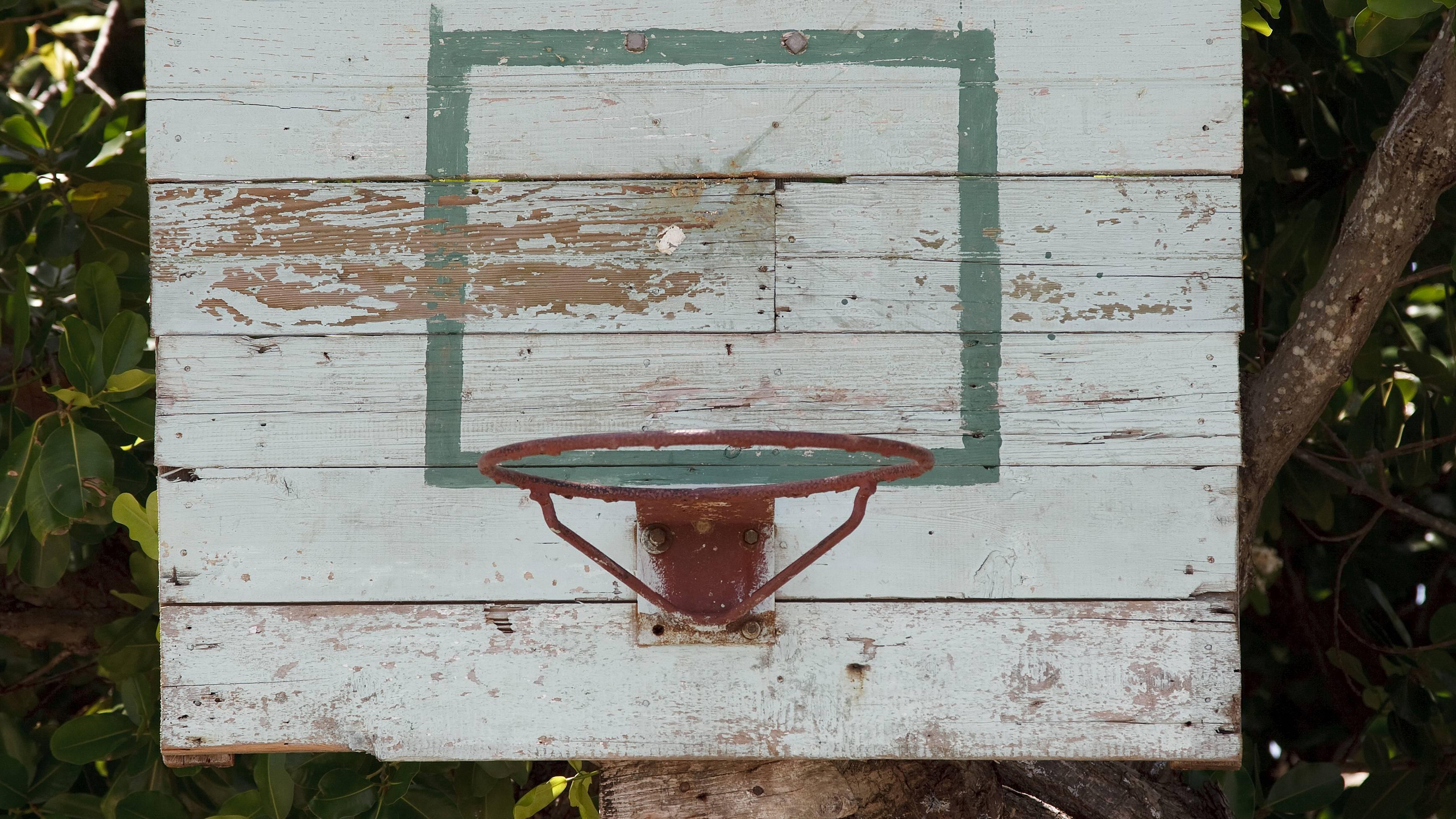Wie hoch ein Basketballkorb hängt, hängt ebenso vom Alter der Spieler:innen ab.