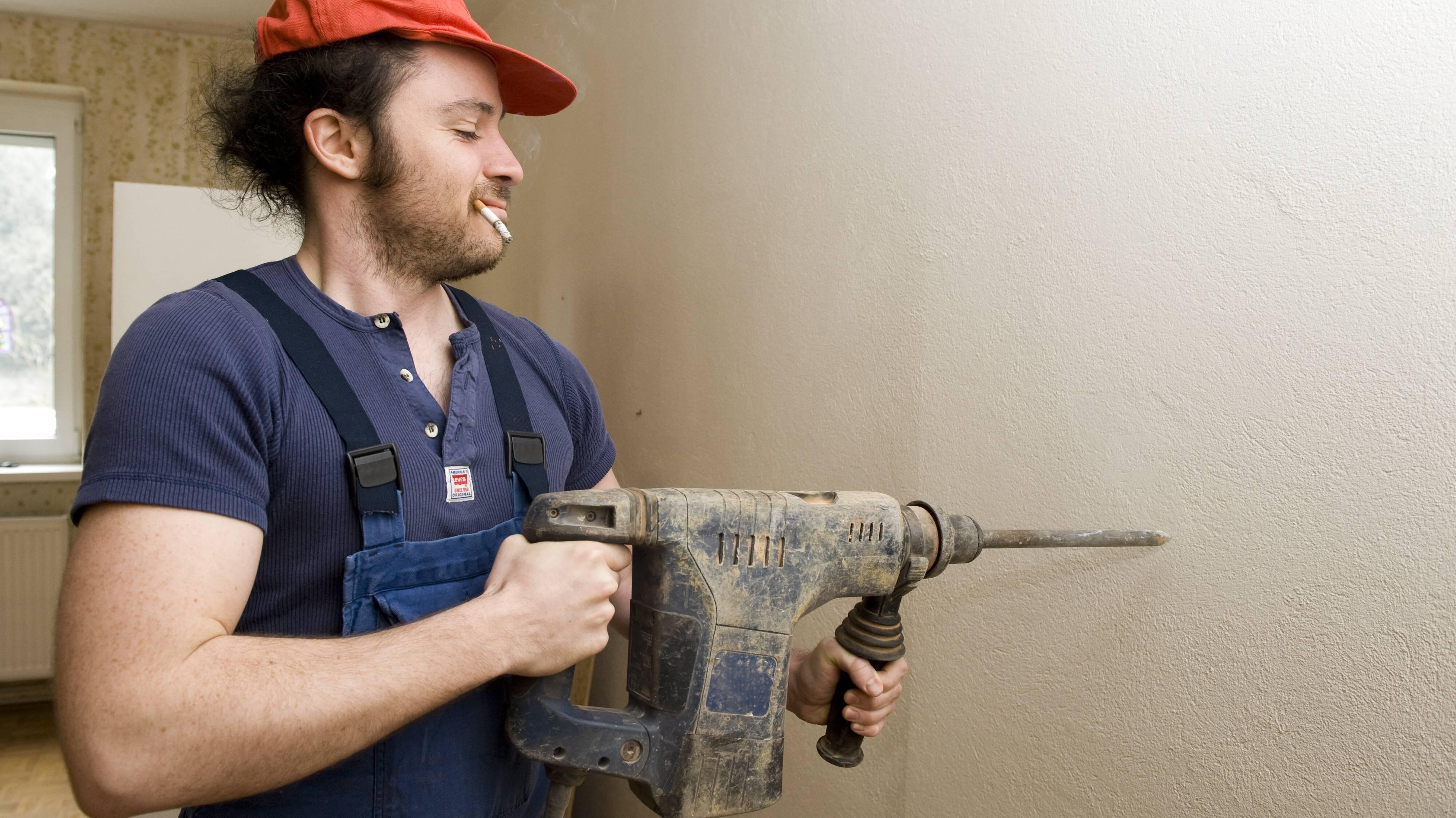 Um Stahlbeton zu bohren braucht man eine Schlagbohrmaschine oder einen Bohrhammer.