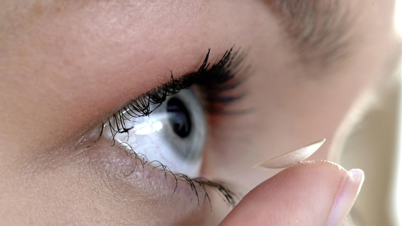 Wenn Ihre Kontaktlinsen rote Augen verursachen, sollten Sie unter Umständen Ihr Pflegemittel wechseln.