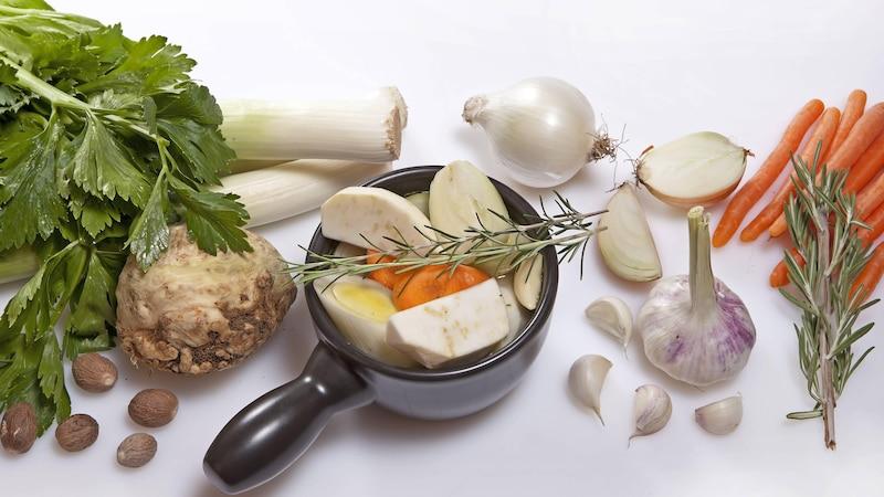 Suppengemüse bereiten Sie am besten immer mit frischen Zutaten zu.