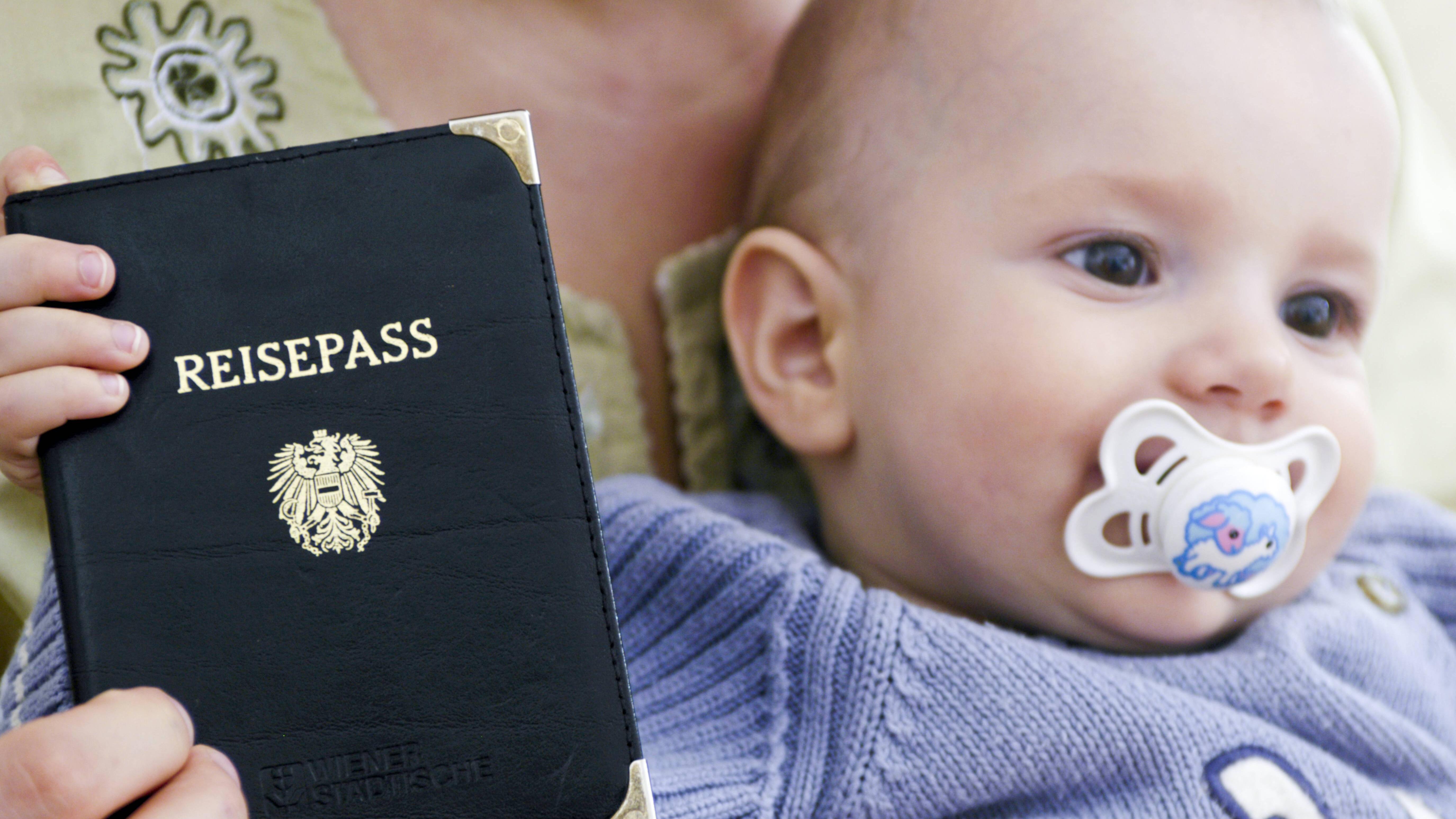 Mit Ihrem Baby sollten Sie nicht ohne Ausweis ins Ausland reisen.