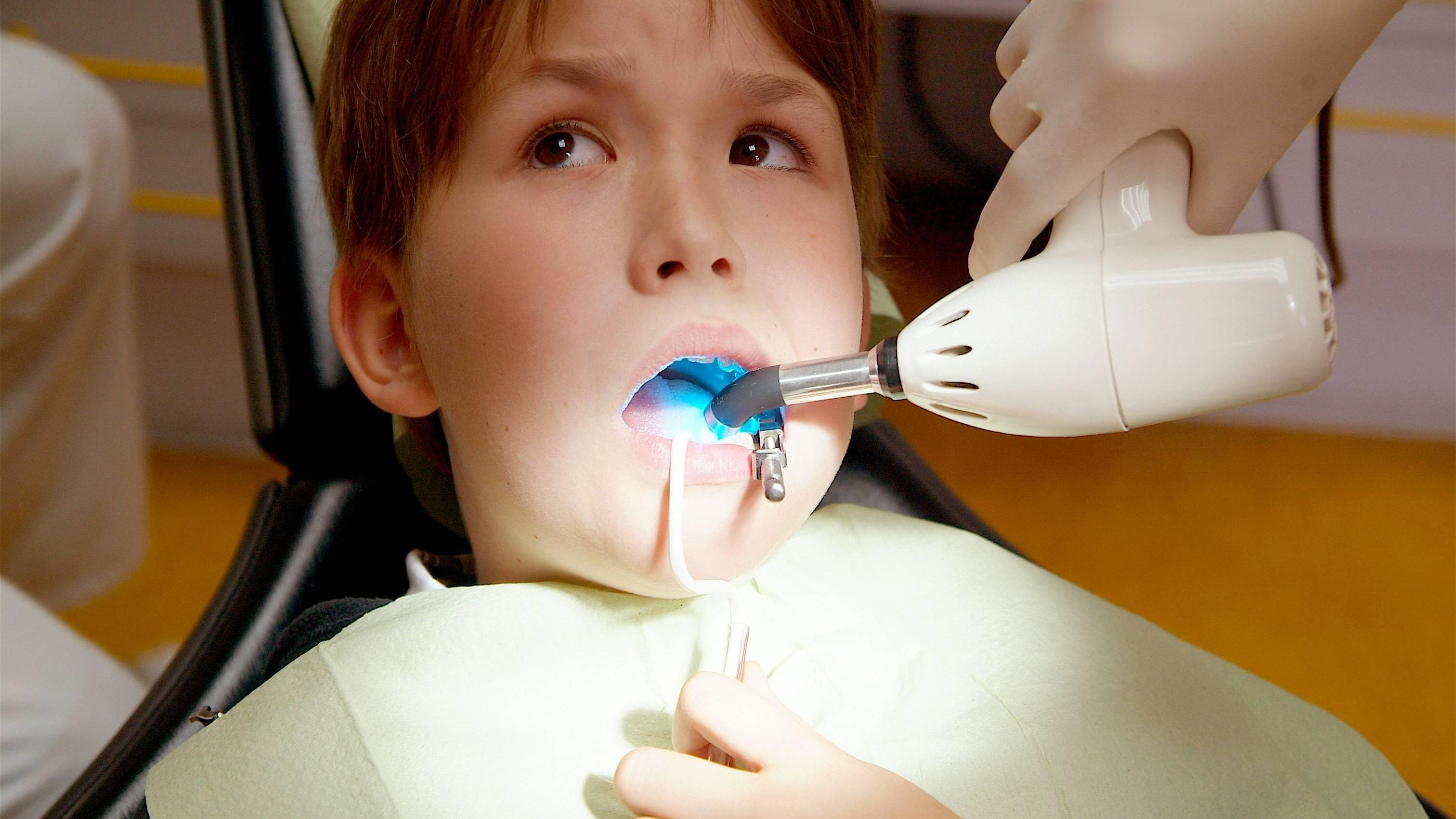 Knirscht Ihr Kind wegen einer Zahn- oder Kieferfehlstellung mit den Zähnen, ist ein Zahnarztbesuch unausweichlich.