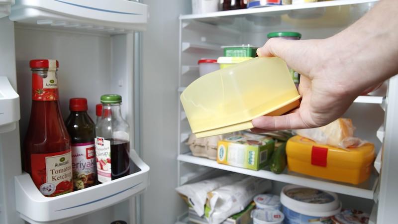 Butter muss in den Kühlschrank, am besten abgedeckt und ins Butterfach.