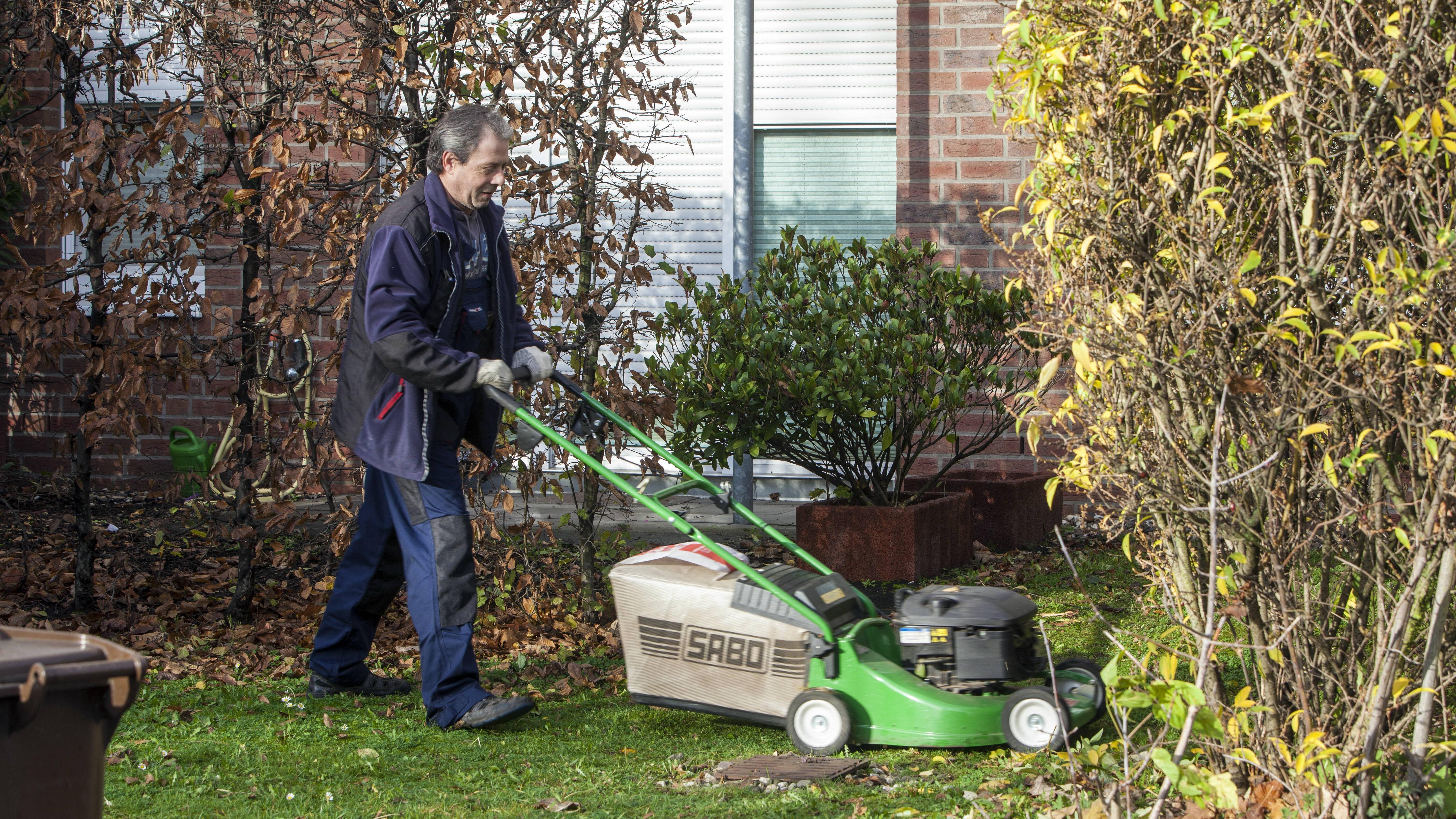 Die Aufgaben eines Hausmeisters sind vielfältig und können variieren. Der Garten ist ein Einsatzbereich von ihm.