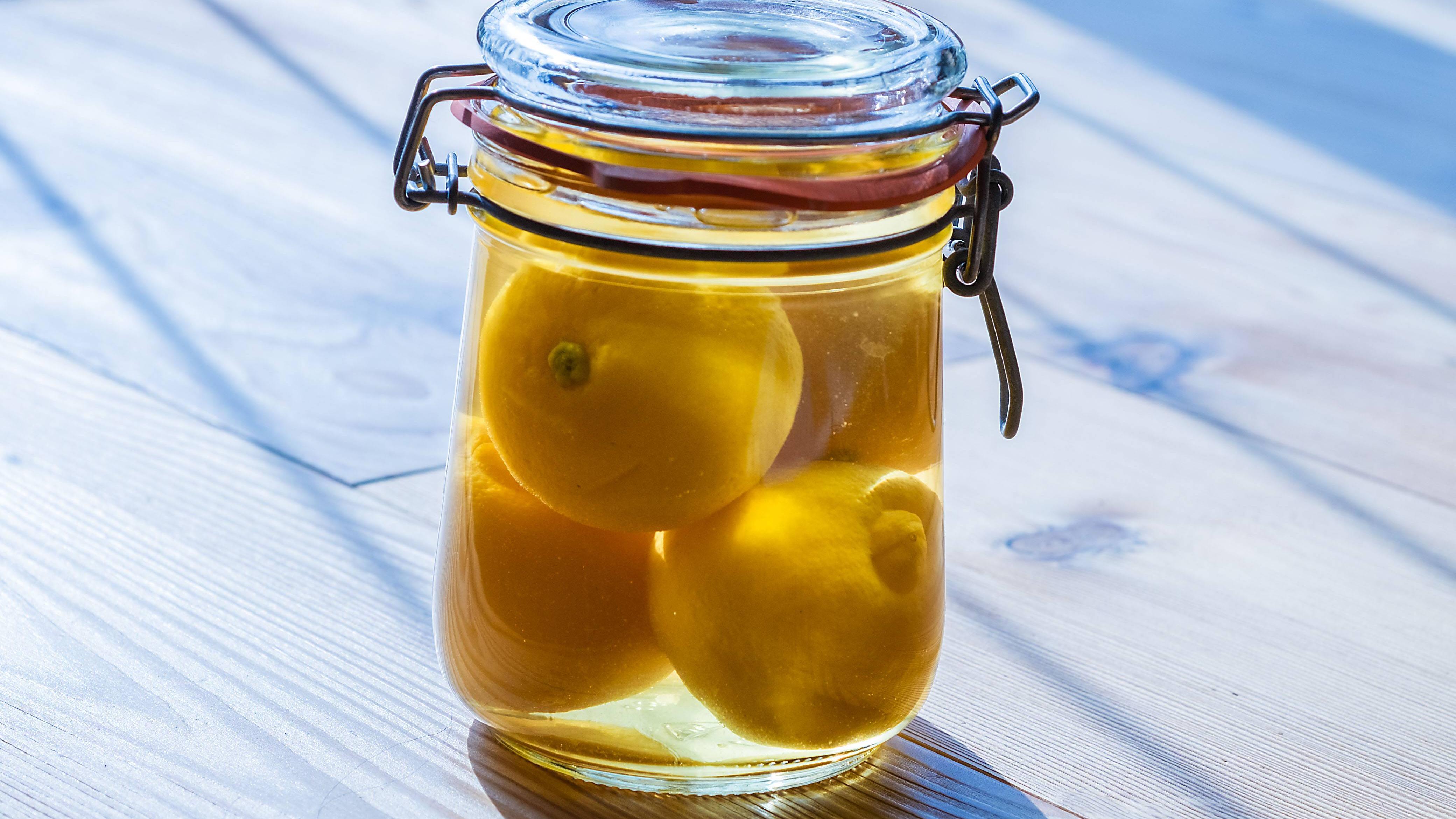 Wenn Sie Zitronen im Glas einlegen, halten diese länger.