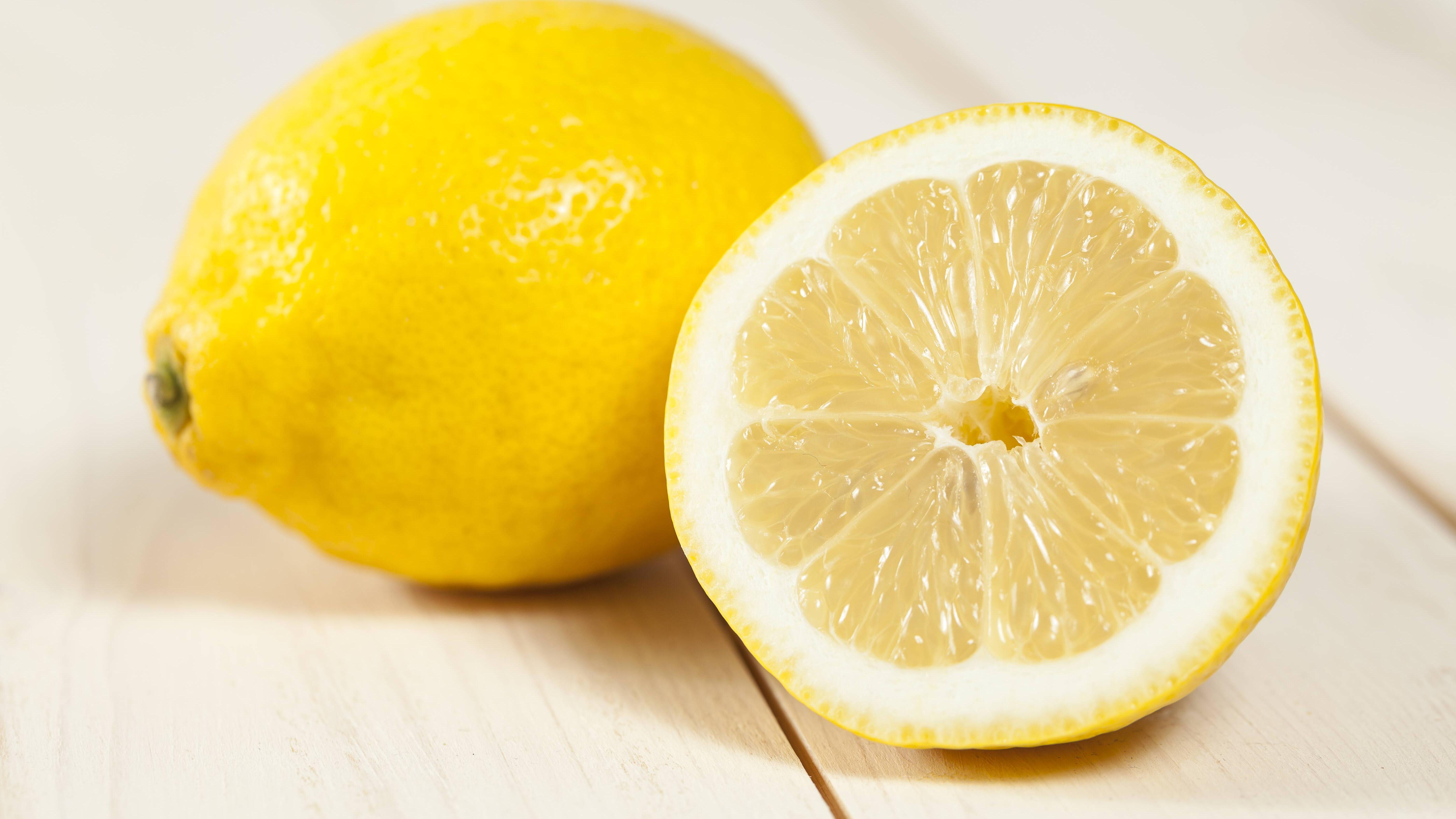 Wir zeigen Ihnen, wie Sie angeschnittene Zitronen richtig aufbewahren.
