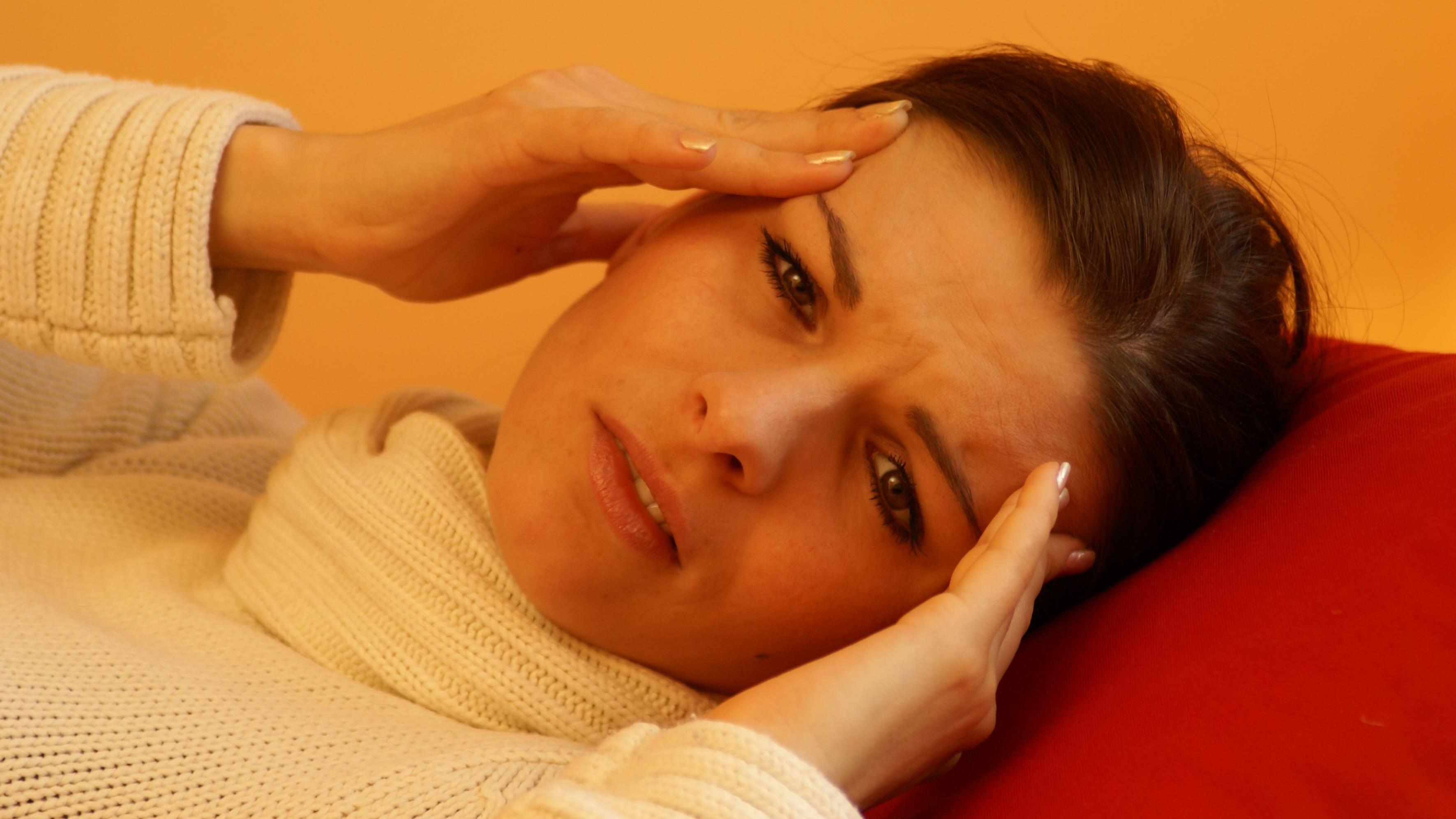 Für Kieferschmerzen können viele Ursachen, unter anderem Kopfschmerzen, vorliegen.