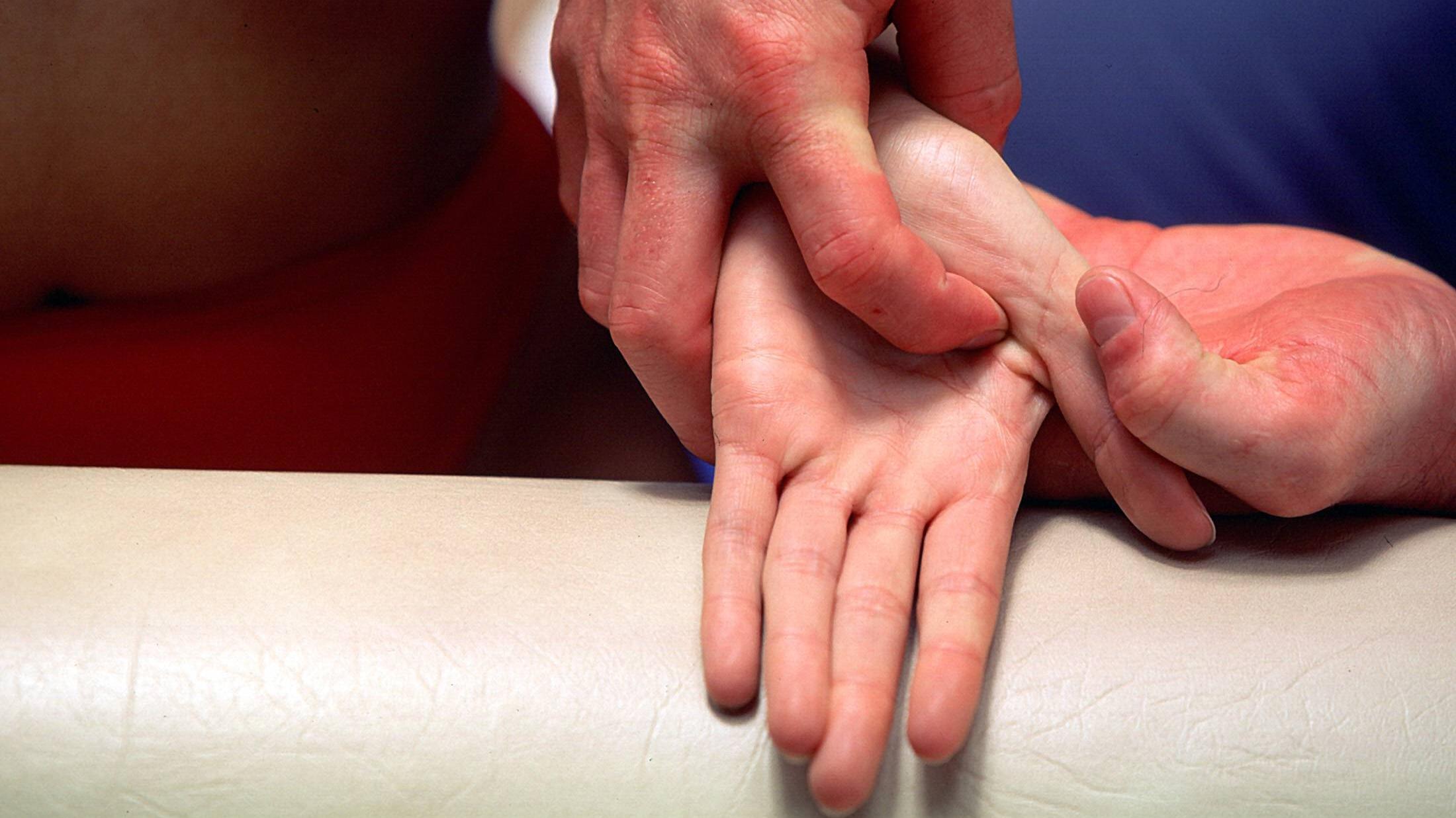 Eine Handreflexzonenmassage kann auch ganz einfach in einer Selbstbehandlung durchgeführt werden.