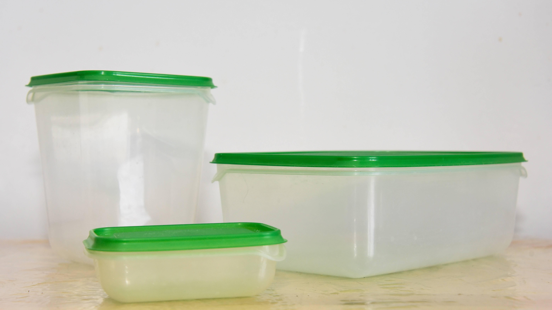 Geschlossene Frischhaltedosen gehören nicht in die Mikrowelle.