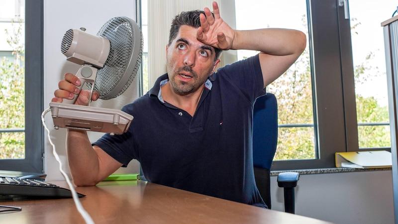 Gegen Hitze im Büro helfen verschiedene Maßnahmen wie Ventilatoren und die richtige Kleidung.