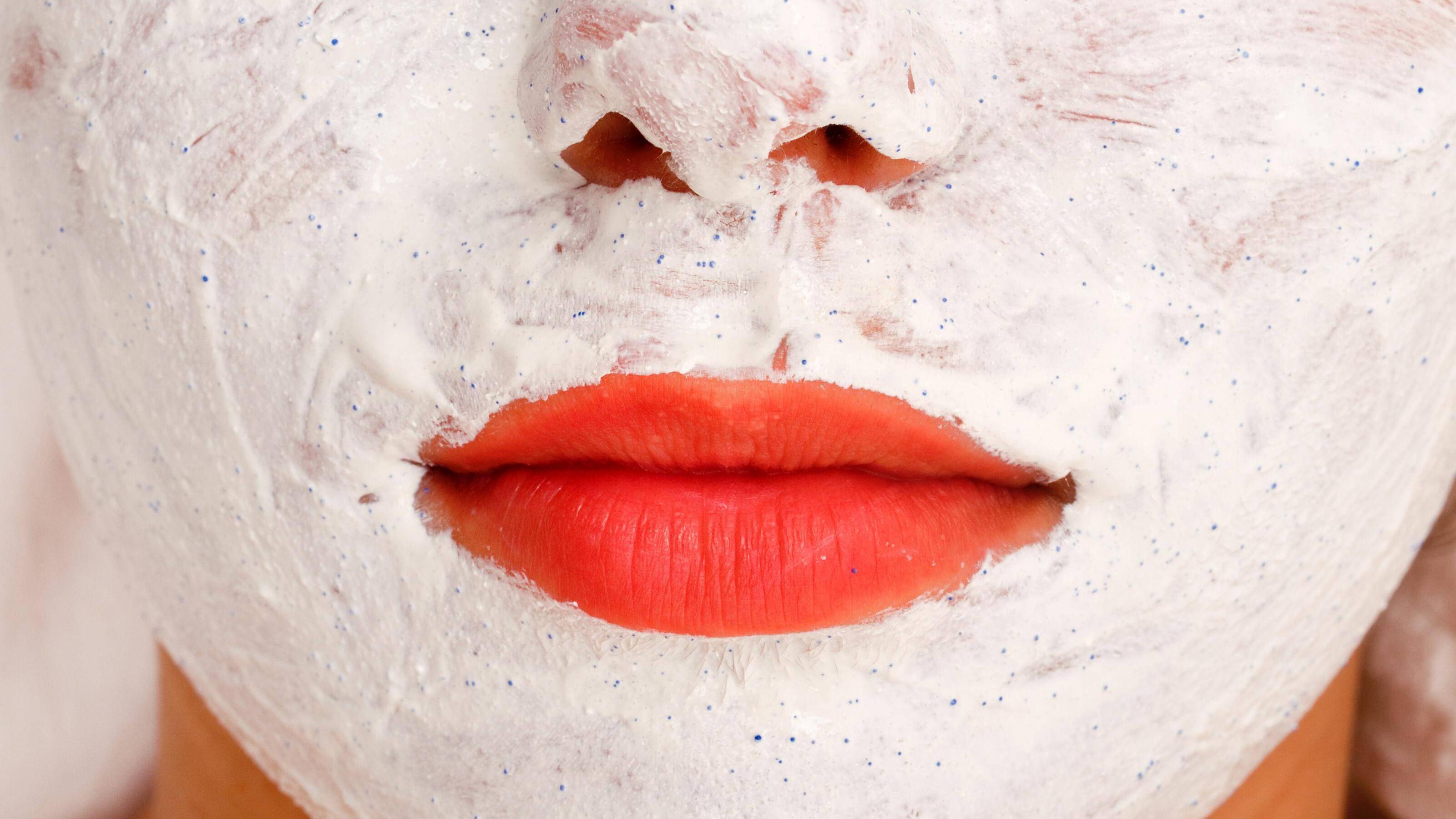 Ein Peeling hilft, Ihr Hautbild zu ebnen.