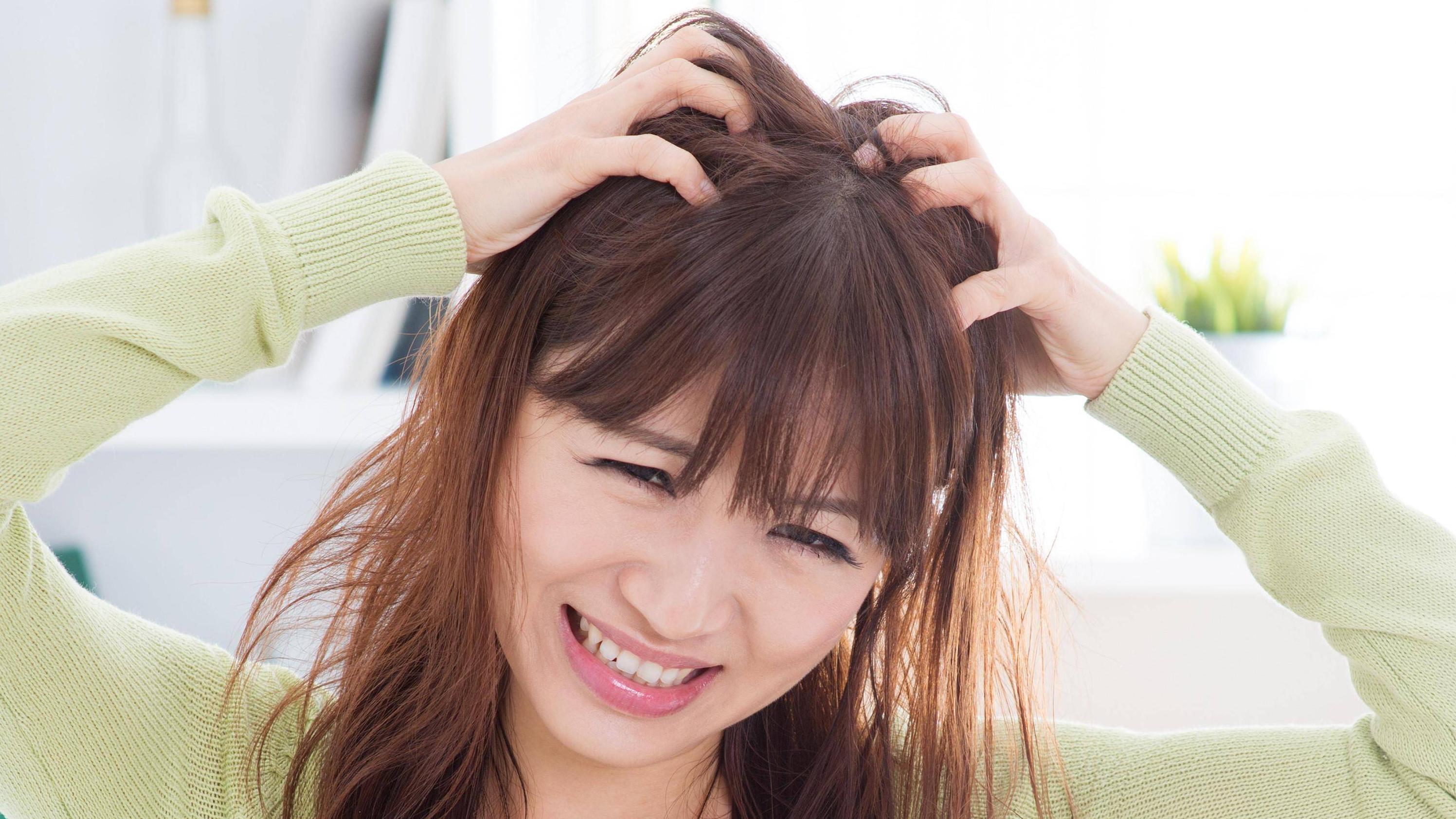 Kopfhaut tut weh: Ursachen und was Sie dagegen tun können