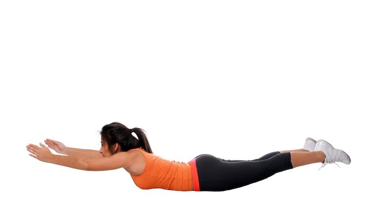 Mit dieser Übung trainieren Sie die tiefe Rückenmuskulatur im oberen Bereich.