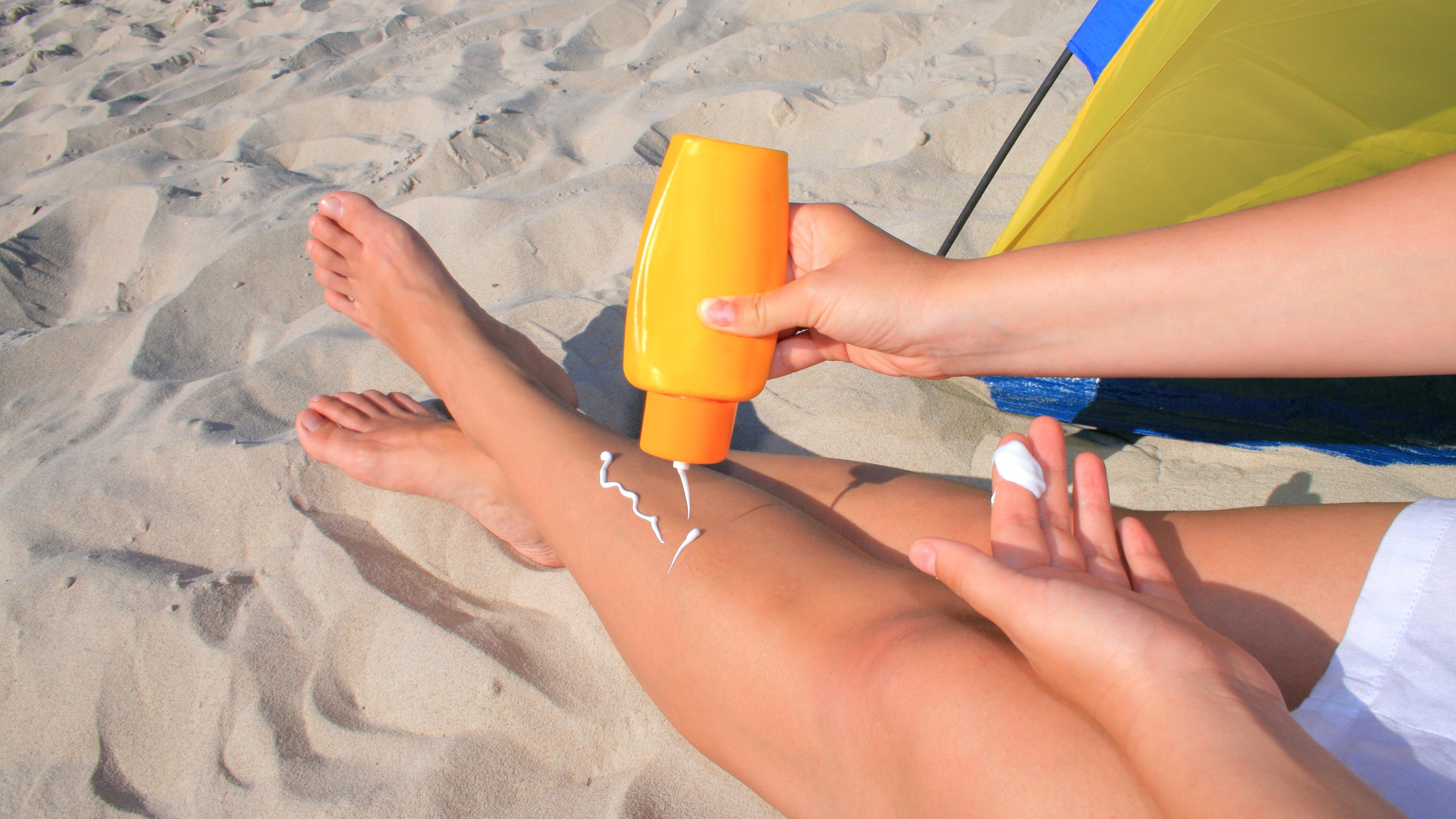 Wenn Sonnencreme auf der Kleidung landet, können schnell unschöne Flecken entstehen.