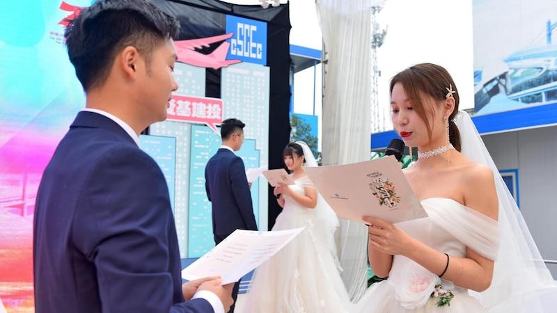Anstatt mit Ringen zu heiraten, können Sie die geschriebenen Eheversprechen austauschen.