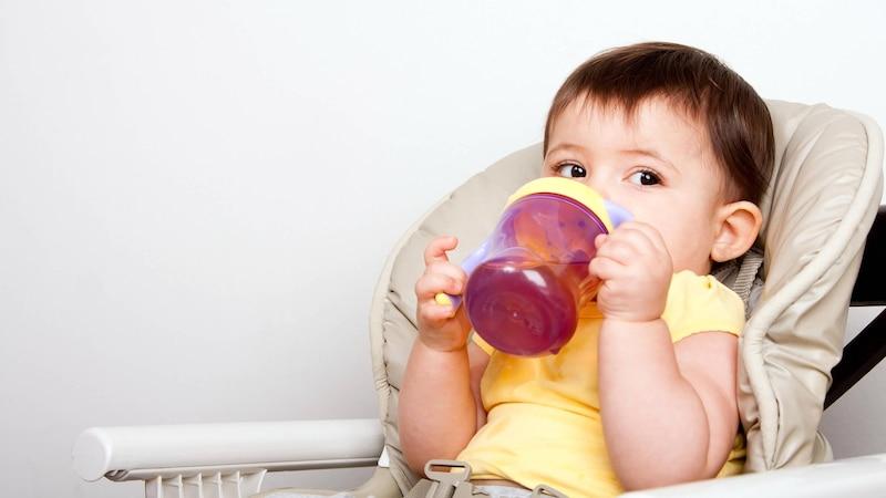 Mit 9 Monaten trinkt Ihr Baby aus dem Becher.