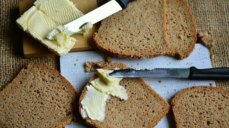 Butter schnell auftauen, damit sie streichzart aufs Brot geschmiert werden kann
