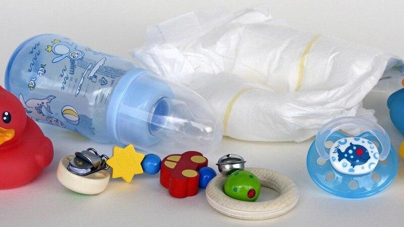 Eine gut gepackte Wickeltasche ist das wichtigste Zubehör für Babys an Bord. Verpflegung, Windeln und Spielzeug machen den Flug angenehmer.