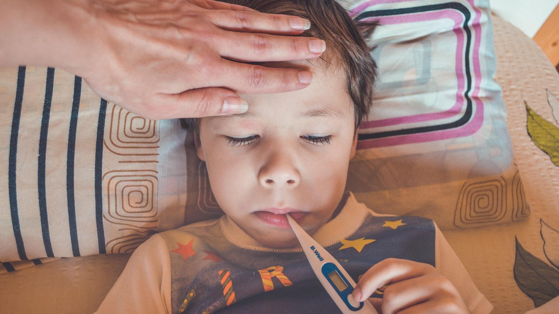 Ganzer Körper ist heiß, aber kein Fieber: Das steckt beim Kind dahinter