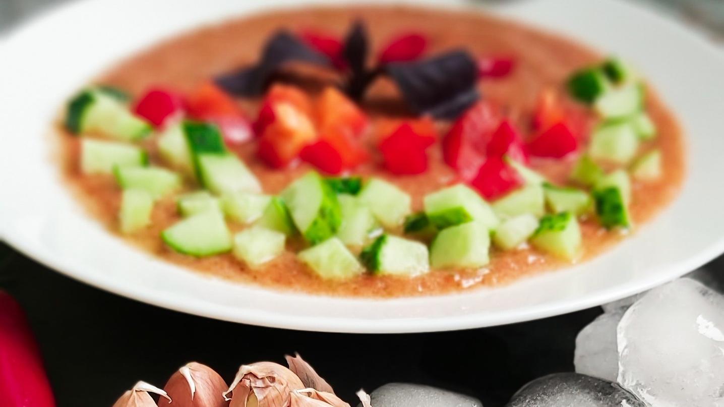 Gazpacho eignet sich als erfrischendes Essen bei Hitze.